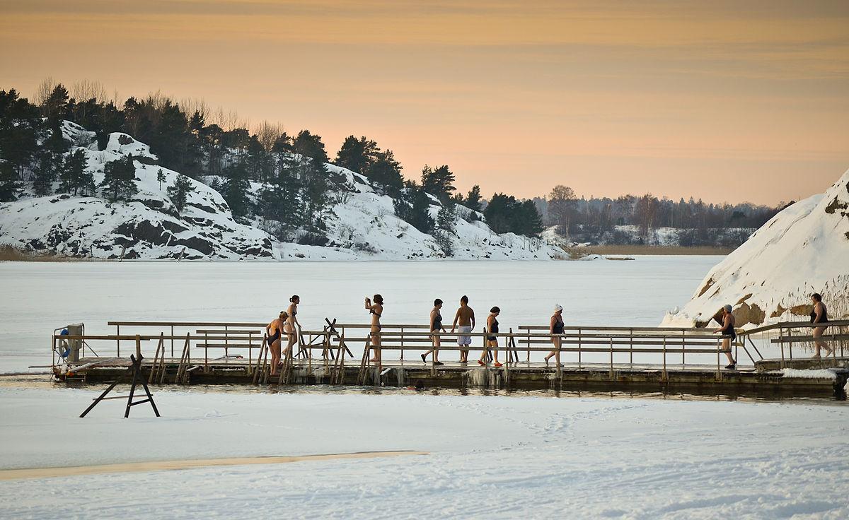 Ice_swimming_in_Turku